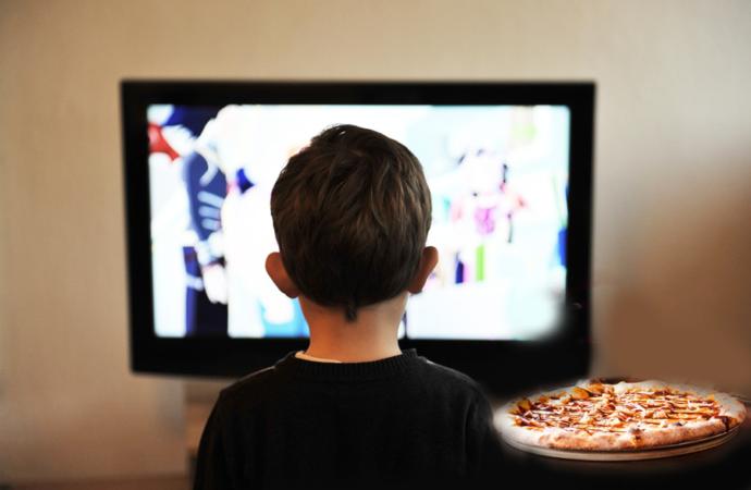 Italiani, aggiungi un posto a tavola che c'è la TV